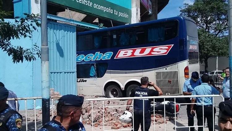 El momento del insólito choque del micro de Unión en la cancha de Belgrano