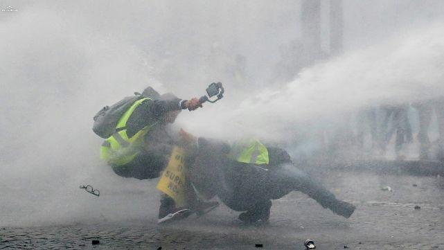 Chalecos amarillos provocan más disturbios en París