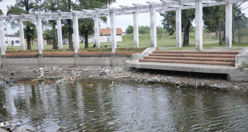 Vecinos del Parque Garay preocupados por aguas contaminadas y mucha basura
