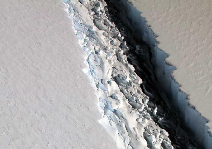 Un gigantesco iceberg se está formando en la Antártida