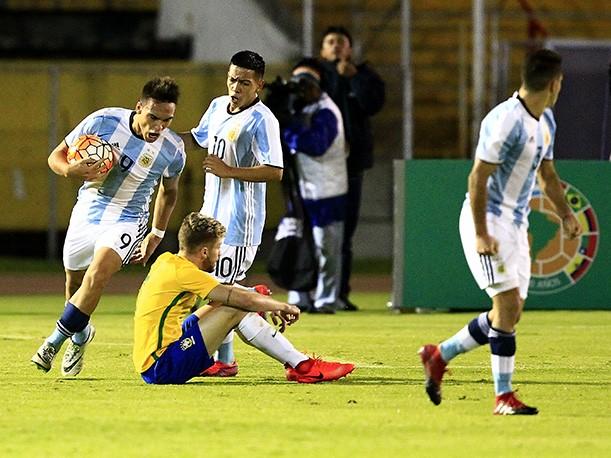 Argentina rescató un empate y sigue con vida