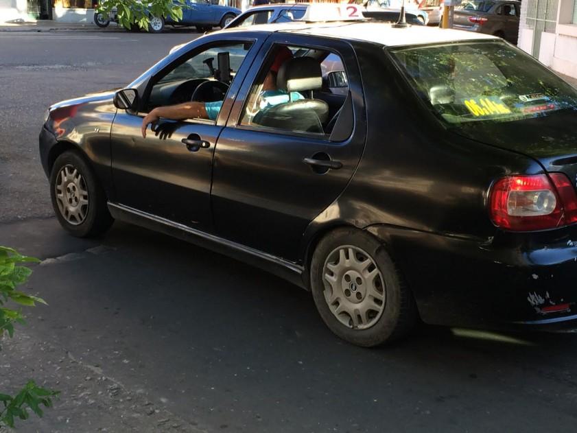 Asaltaron, golpearon y le dispararon a un taxista en un robo
