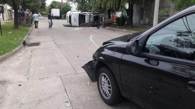 Impactante accidente entre un auto y una camioneta