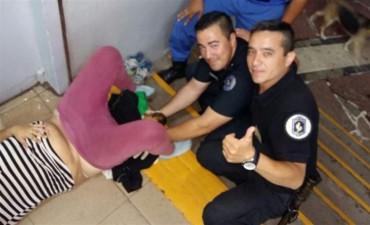 Dos policías ayudaron a una mujer a dar a luz en la estación de trenes de Adrogué