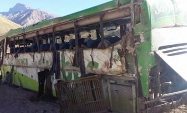 Tragedia en Mendoza: 19 personas murieron al volcar un micro en Horcones