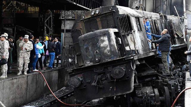 Tren siguió de largo y chocó contra muro de contención en Egipto: 20 muertos