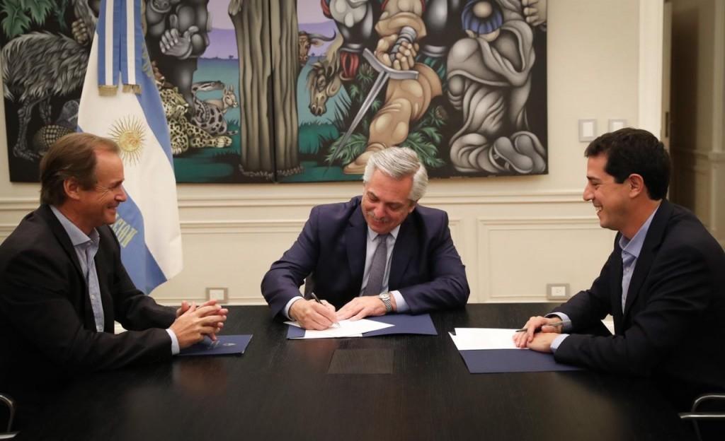 El Presidente encabezó la firma del convenio para la construcción del aeropuerto binacional de Concordia