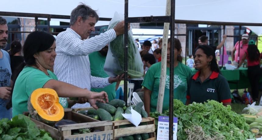 Trabajadores de la economía social y popular ofrecen sus productos en La Redonda