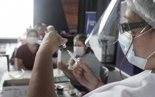 Farmacéuticos, municipales, taxistas y funebreros pugnan por ser vacunados contra el coronavirus