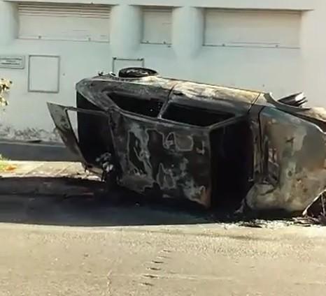 Un auto volcó y se incendió en Bulevar Gálvez