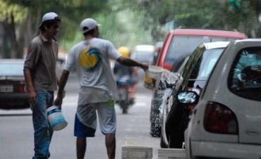 Multan en Mendoza a los automovilistas que dejan que los trapitos laven sus autos