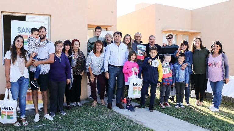La Provincia entregó cinco viviendas en Villa Mugueta, San Lorenzo