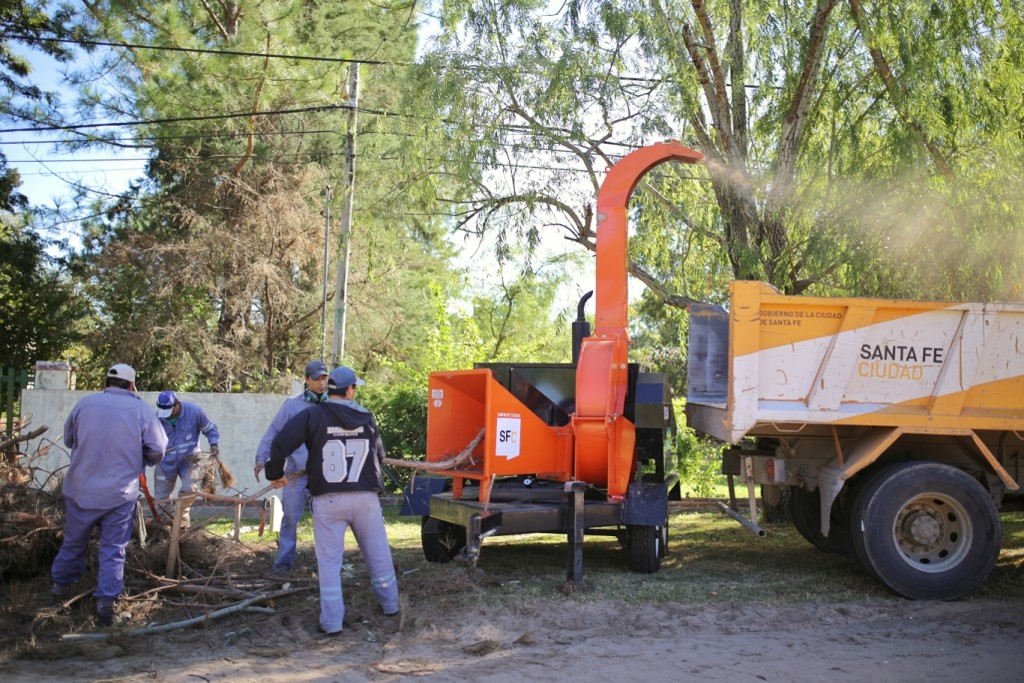 El Municipio procesa ramas y restos de poda en la Costa con una chipeadora