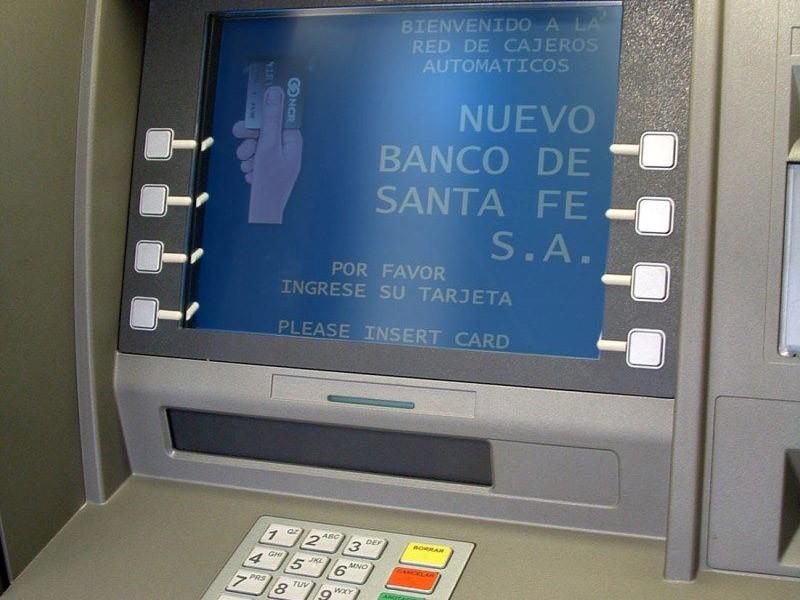 En el Banco de Santa Fe, ya se pude retirar dinero de los cajeros automáticos sin contar con tarjeta de débito