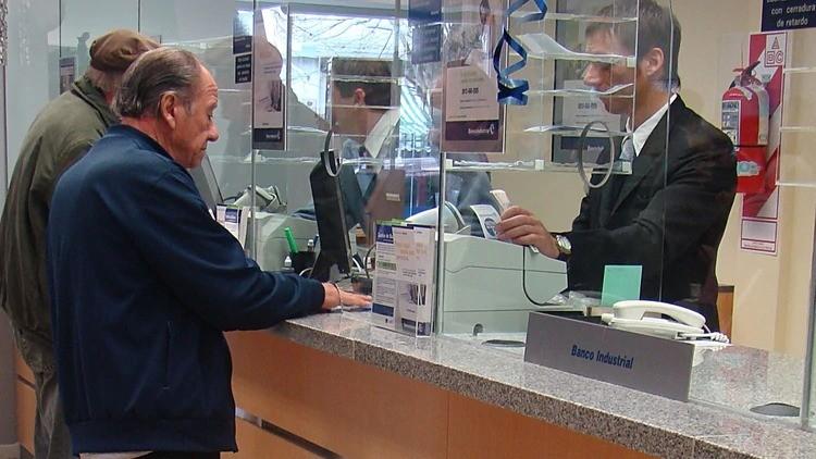 Analizan reabrir los bancos este viernes para el pago de jubilaciones y AUH