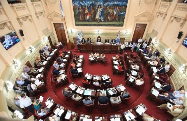 Diputados santafesinos redujeron sus salarios a la mitad y aprobaron la ley de necesidad