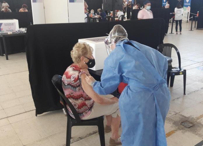 Santa Fe: eficiente jornada de vacunación a mayores de 90 años