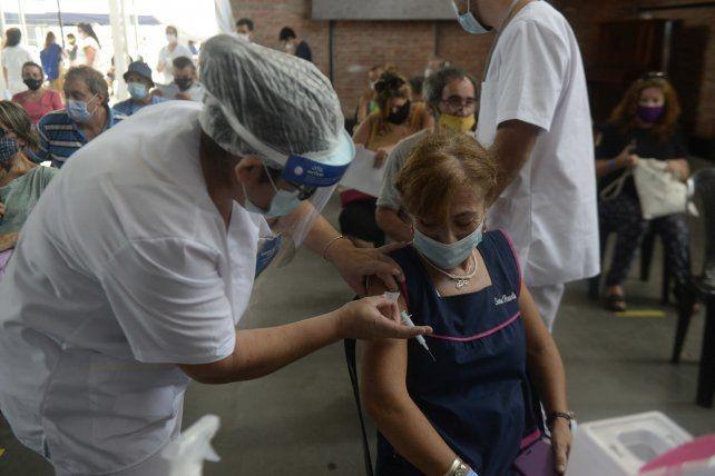 Santa Fe acelera el plan de vacunación de los docentes y adultos mayores