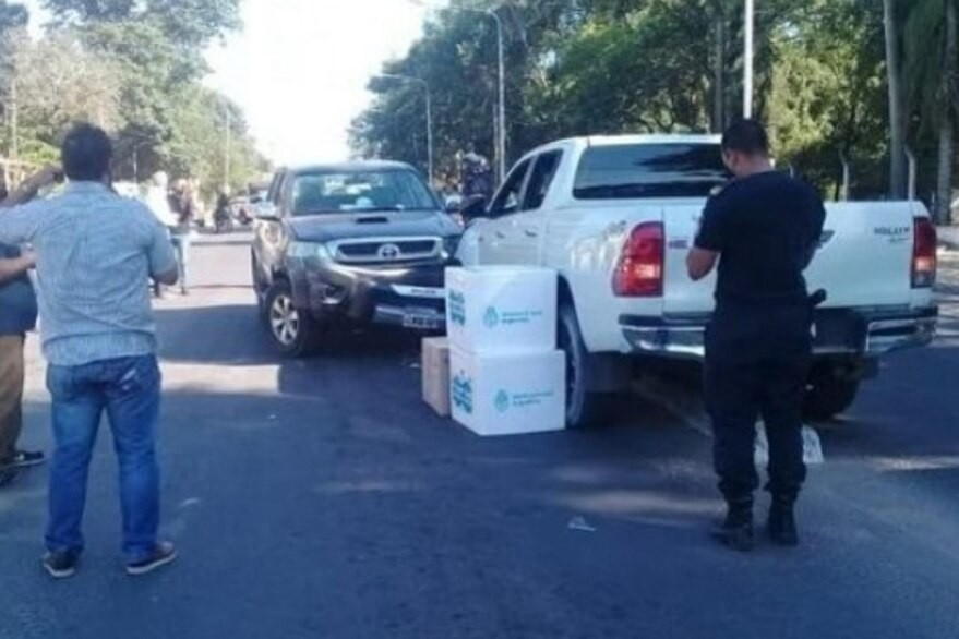 El ministro de Salud de Corrientes chocó una camioneta que llevaba vacunas