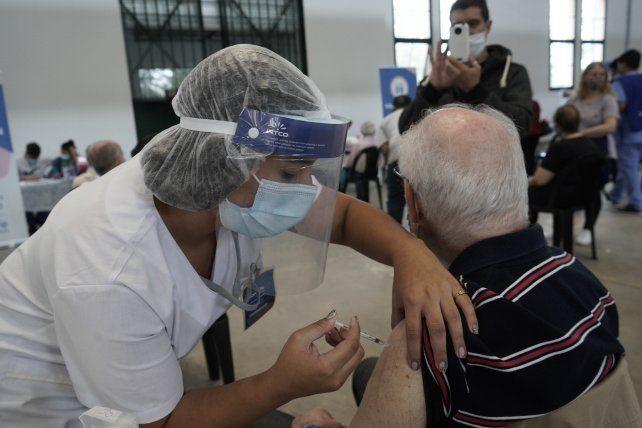 No aplicarán las segundas dosis para así vacunar a más gente con la primera
