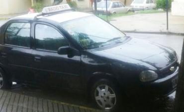 Este lunes un delincuente golpeó a una mujer taxista y se llevó el auto