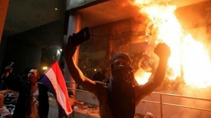 Protestas y un muerto por la reelección presidencial en Paraguay