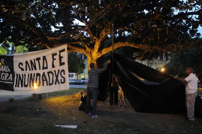 Instalaron la Carpa Negra en la plaza 25 de Mayo