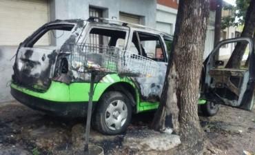Nuevo auto quemado en la ciudad: esta vez, le tocó a un remis