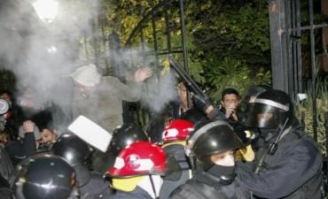 Tensión en Santa Cruz: cuatro heridos en una manifestación que intentó ingresar a la casa de Alicia Kirchner