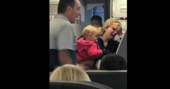Asistente de vuelo le pegó con el cochecito de su bebé a una argentina