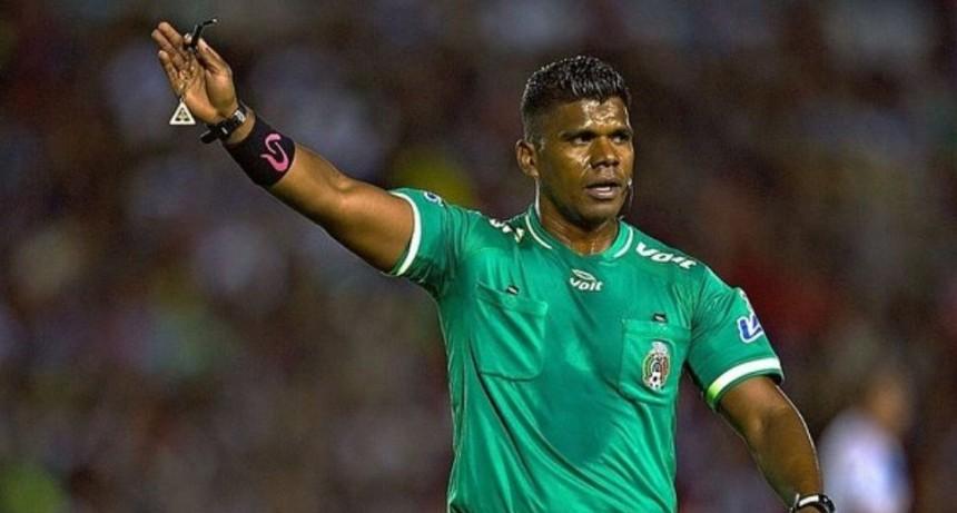 En México despidieron a un árbitro por negro