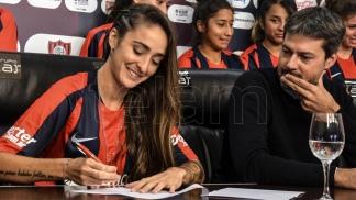 Fútbol femenino: San Lorenzo es el primer club argentino en firmar contrato con Macarena Sánchez y otras 14 jugadoras
