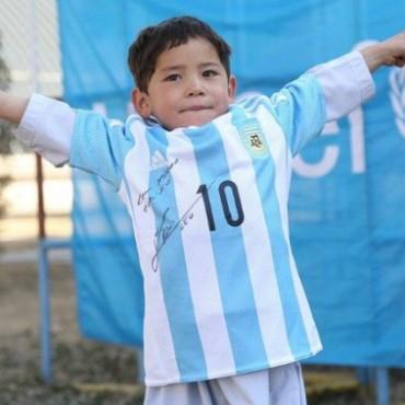 Tras amenazas, familia del niño con camiseta de plástico de Messi huye de Afganistán