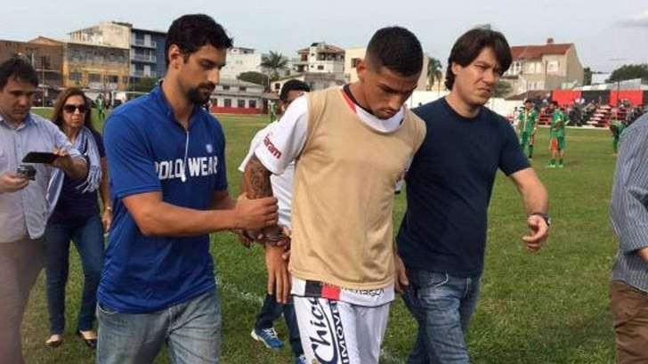 Insólita detención de un futbolista brasileño en pleno partido