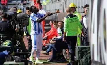 Italia: pidió detener el partido por cánticos racistas, pero el árbitro lo amonestó