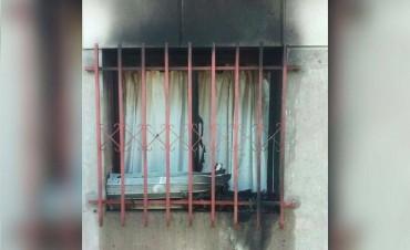 Una vivienda fue incendiada intencionalmente y el dueño fue rescatado por vecinos
