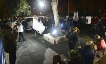 Después de estar más de 15 horas encerrada, Alicia Kirchner pudo salir de la gobernación