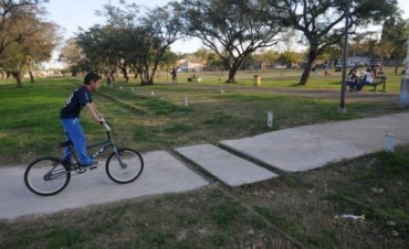 Instalan juegos infantiles inclusivos en el Parque Federal