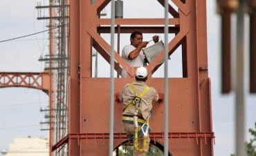 El 25 de mayo, la provincia inaugurará la nueva iluminación del Puente Colgante