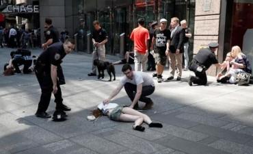 Un auto atropelló a decenas de peatones en Times Square