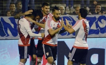 River goleó en La Plata y no le pierde pisada al líder Boca