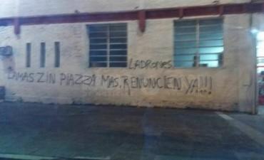 Pintadas contra dirigentes en la sede del Club Unión