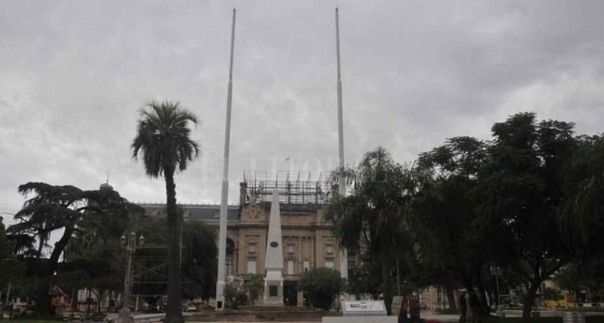 Instalaron dos mástiles de 40 metros en la remodelada plaza 25 de Mayo