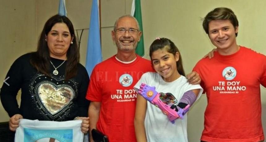 Una niña de Gálvez recibió un brazo ortopédico impreso con tecnología 3D