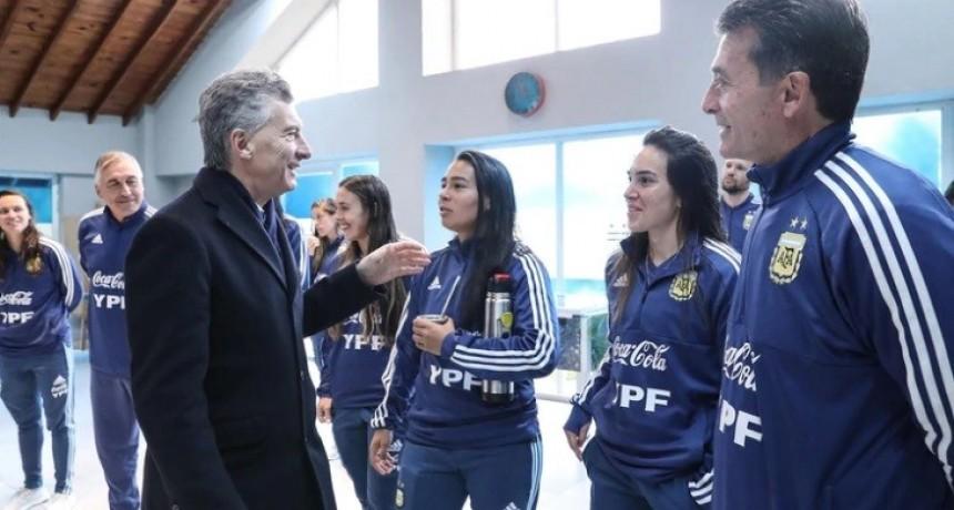 Macri visitó a la Selección femenina de fútbol antes del Mundial de Francia