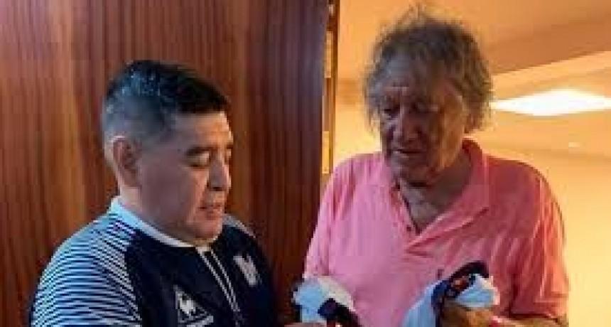 La emotiva despedida de Maradona al Trinche Carlovich: