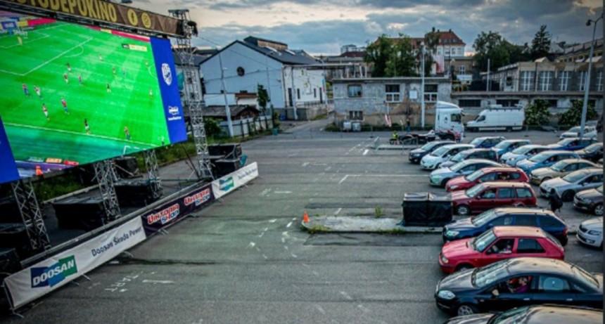 República Checa: Hinchas armaron un autocine para ver un partido