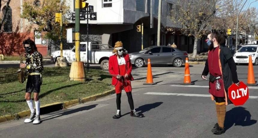 Payasos del circo varado en Santa Fe alegran las caminatas recreativas