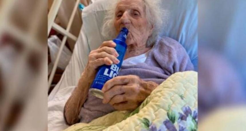 Tiene 103 años, le ganó al coronavirus y festejó con una cerveza bien fría