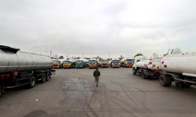 Continúa el paro de Camioneros y comienza a faltar nafta en algunas estaciones